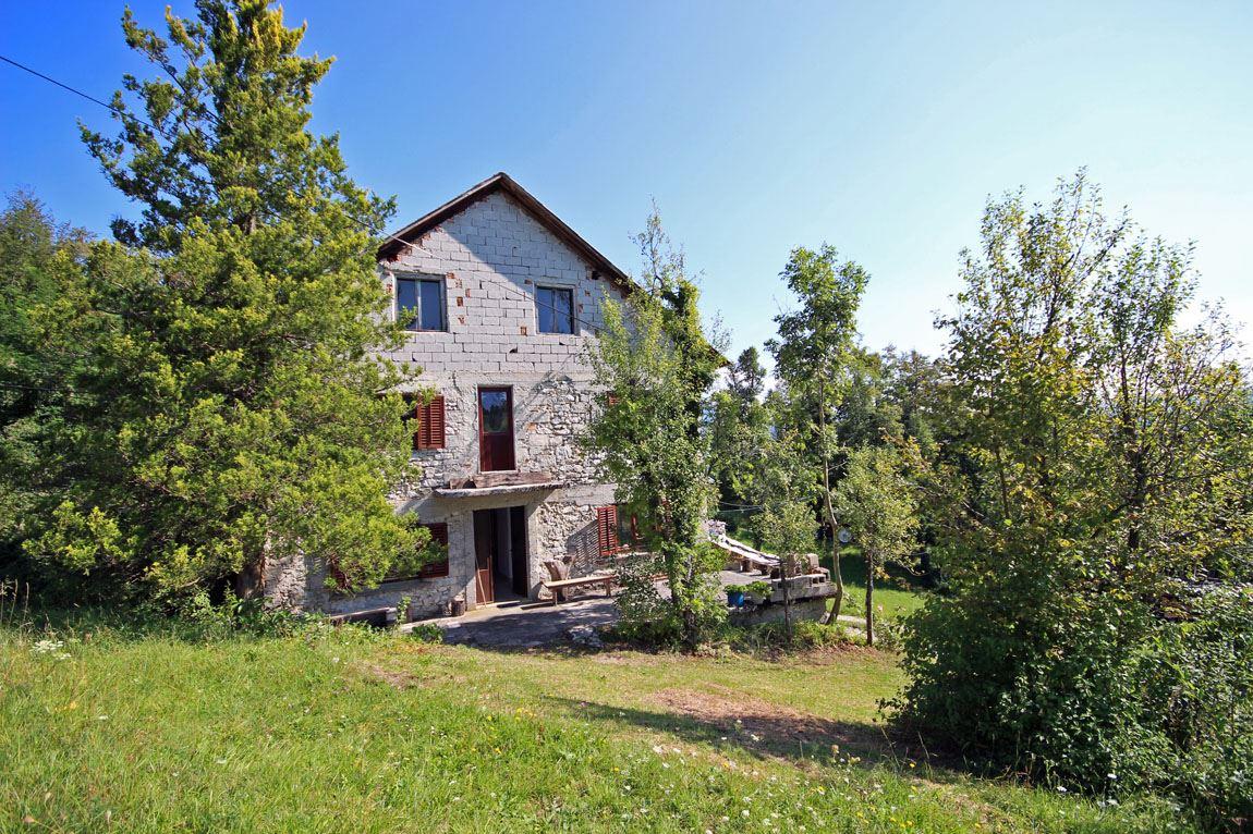 Te koop boerderij met lap grond real estate slovenia for Te renoveren huis te koop