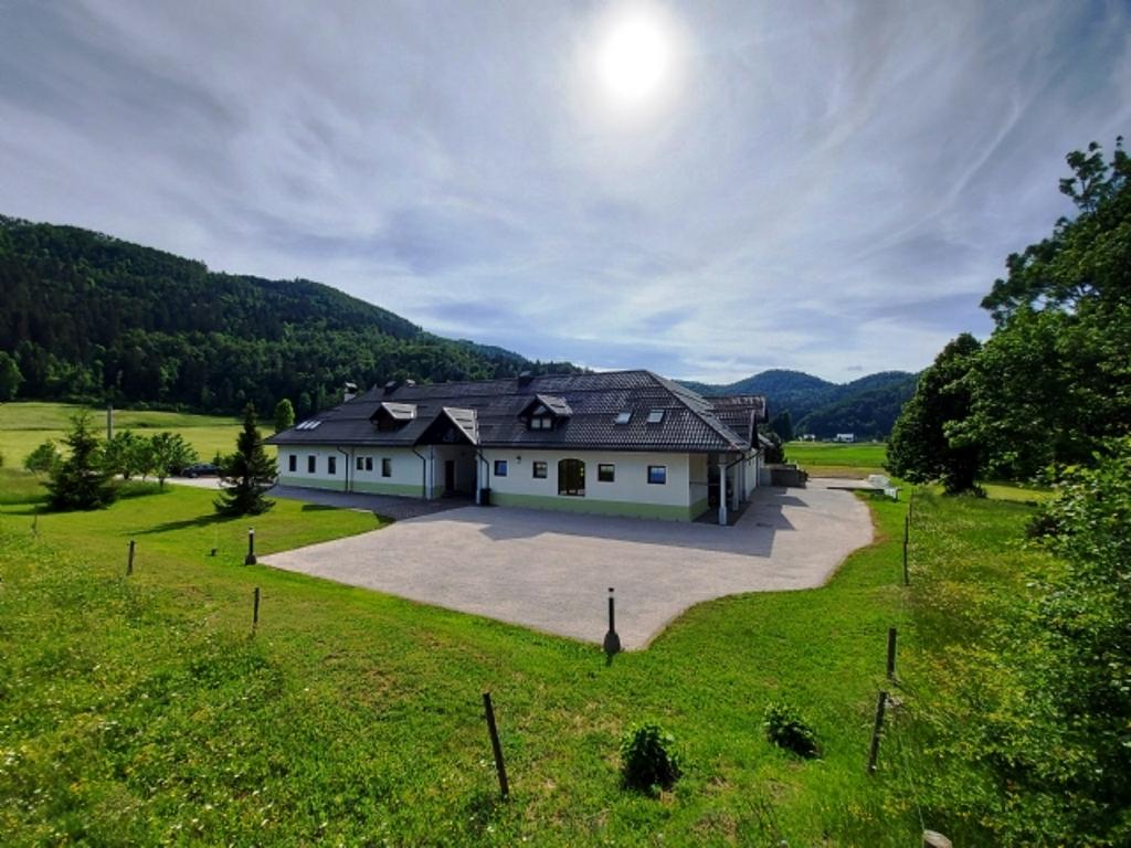 Landhuis te koop met stallen Zadlog Real Estate Slovenia - www.slovenievastgoed.nl